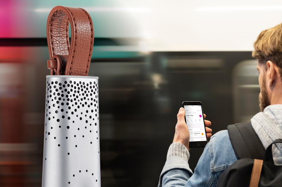 Dispositivo Flow y un usuario con un celular