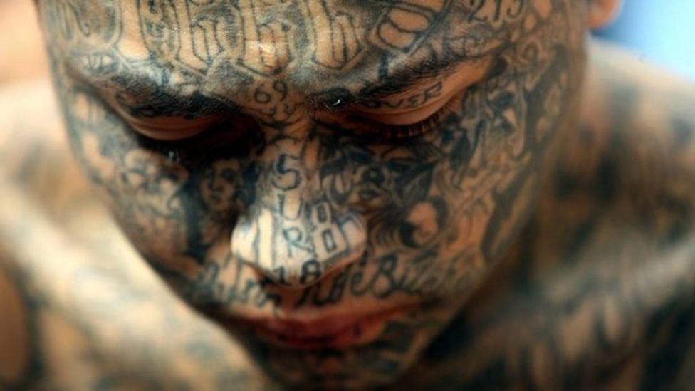 BBC, NO USAR | Hombre con cara tatuada.