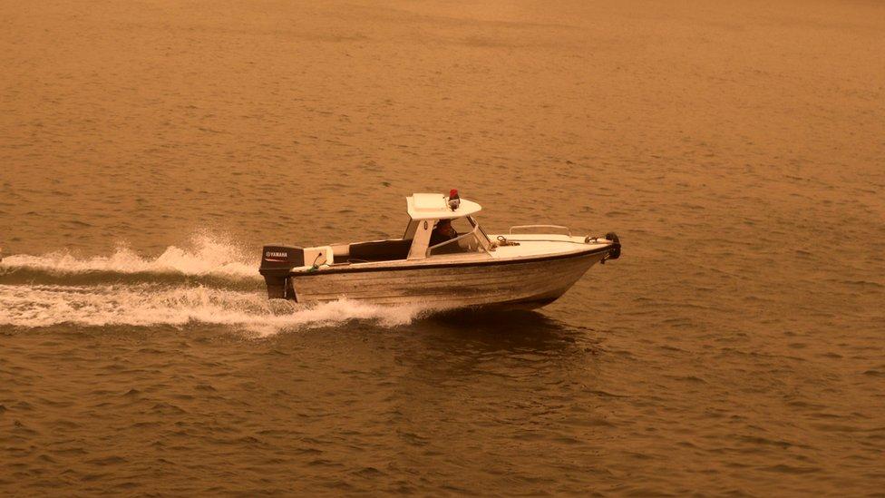 Un bote navega por el Río Nilo