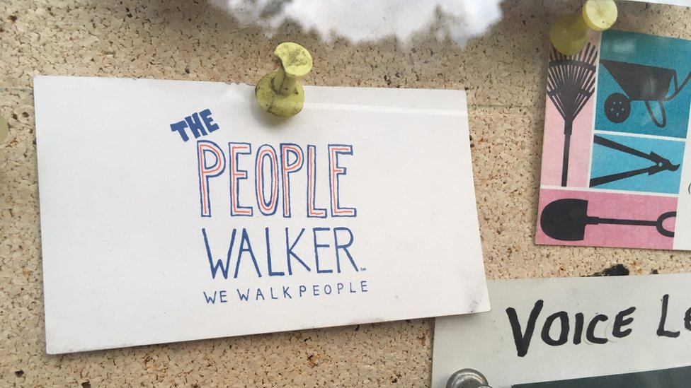 "Una tarjeta de ""The People Walker"" fijada en una cartelera de un vecindario de Hollywood."