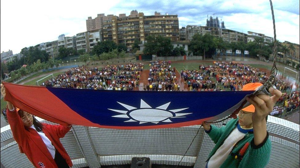 台灣學校裏的升旗儀式。