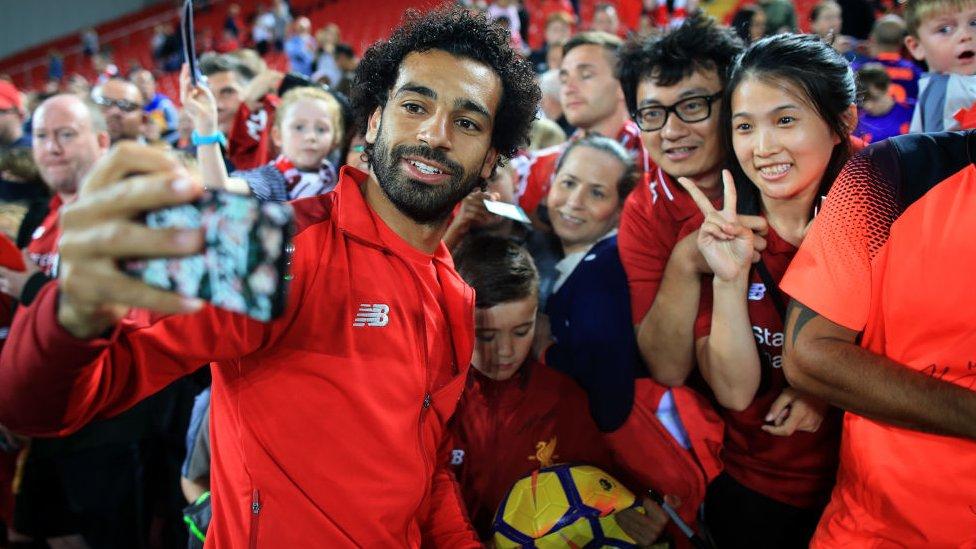 Mohamed SAlah junto a aficionados en el estadio de Anfield