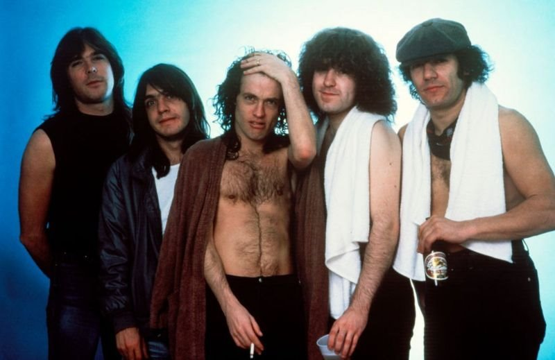 Malcolm Young (soldan ikinci), kardeşi Angus ile birlikte grubun söz yazarıydı.