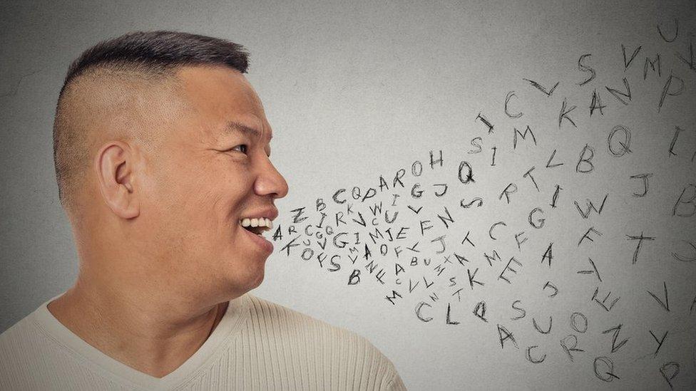 Ilustración de hombre con letras del alfabeto.