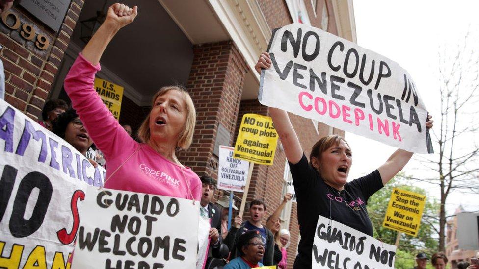 Los activistas estadounidenses han realizado numerosas manifestaciones en la sede de la embajada venezolana.