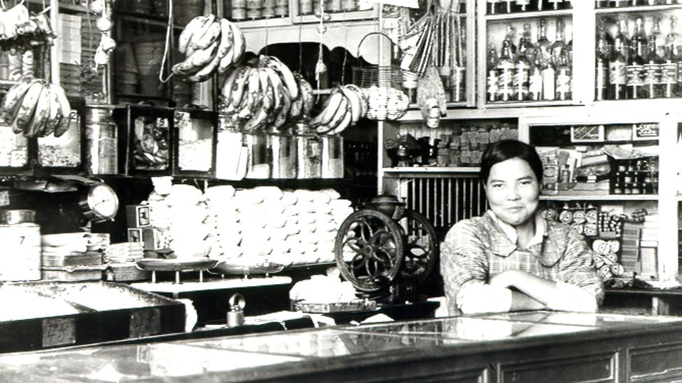 Una mujer de origen japonés en una tienda en Perú
