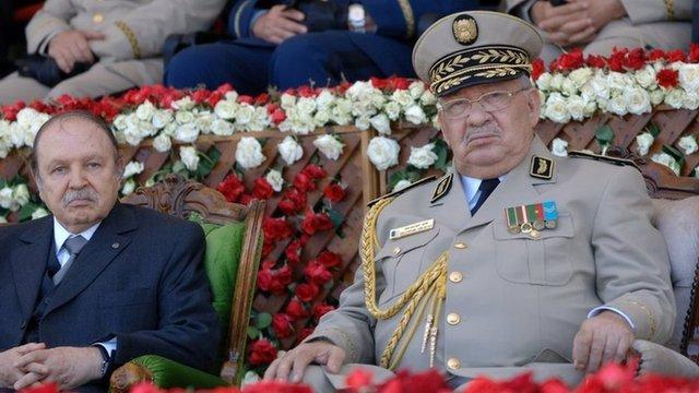 أحمد قايد صالح قائد اركان الجيش مع الرئيس السابق عبد العزيز بوتفليقة