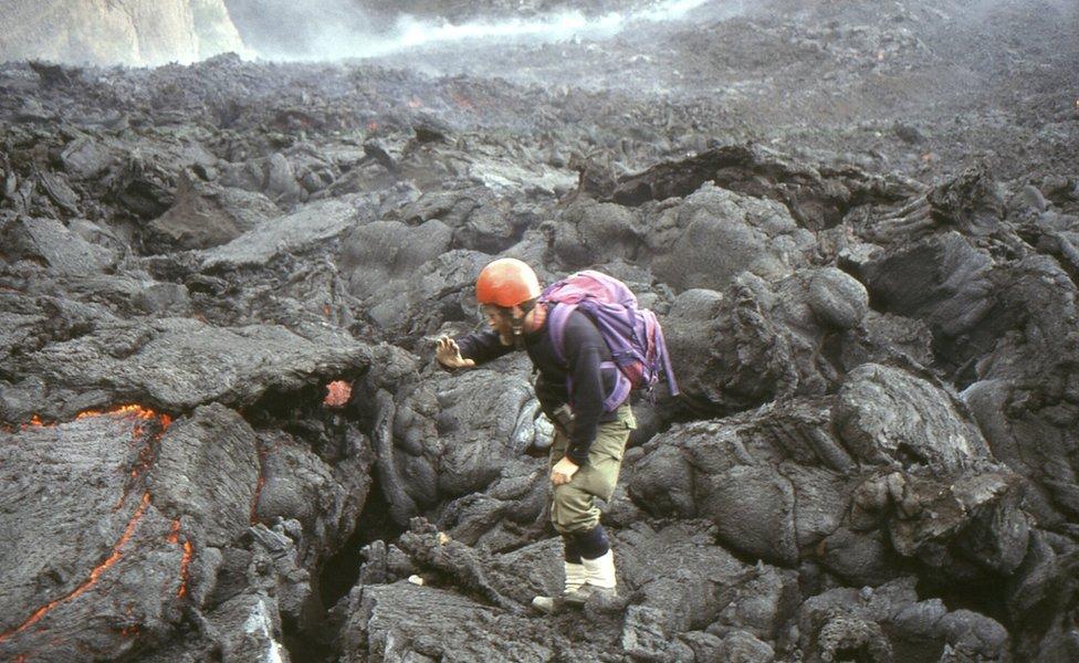 Detalj iz 1990-tih: Džon obežava polja lave