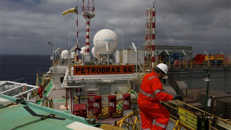 Operario en una instalación de Petrobras en Brasil.