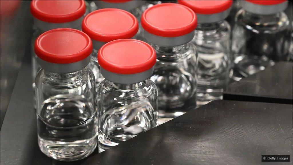 疫苗需要裝在特殊的玻璃瓶中,並需要儲存在超低溫的設備內。