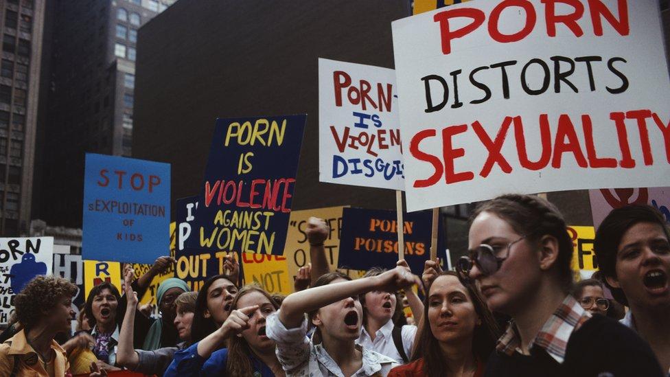 """Aktivistkinje udruženja """"Žene protiv pornografije"""" (Women Against Pornography - WAP) održavaju protest 1979. godine protiv mesta za odrasle na Tajms Skveru."""