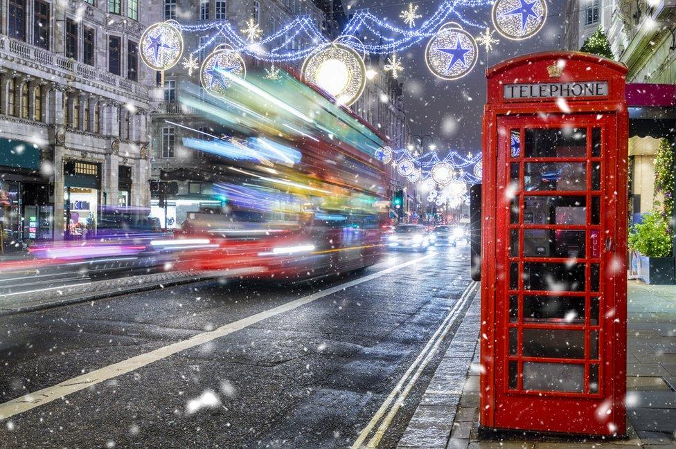 حافلة تسير في شوارع لندن أثناء فترة الاحتفالات بأعياد الميلاد