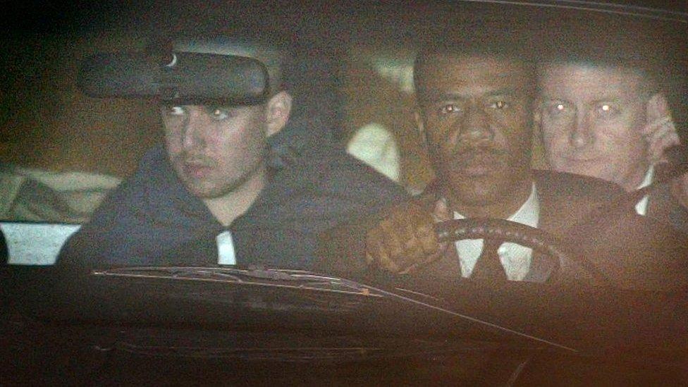 John Walker Lindh (izquierda) acudió el 24 de enero de 2002 a la primera comparecencia ante el tribunal que lo juzgó en Alexandria, Virginia,