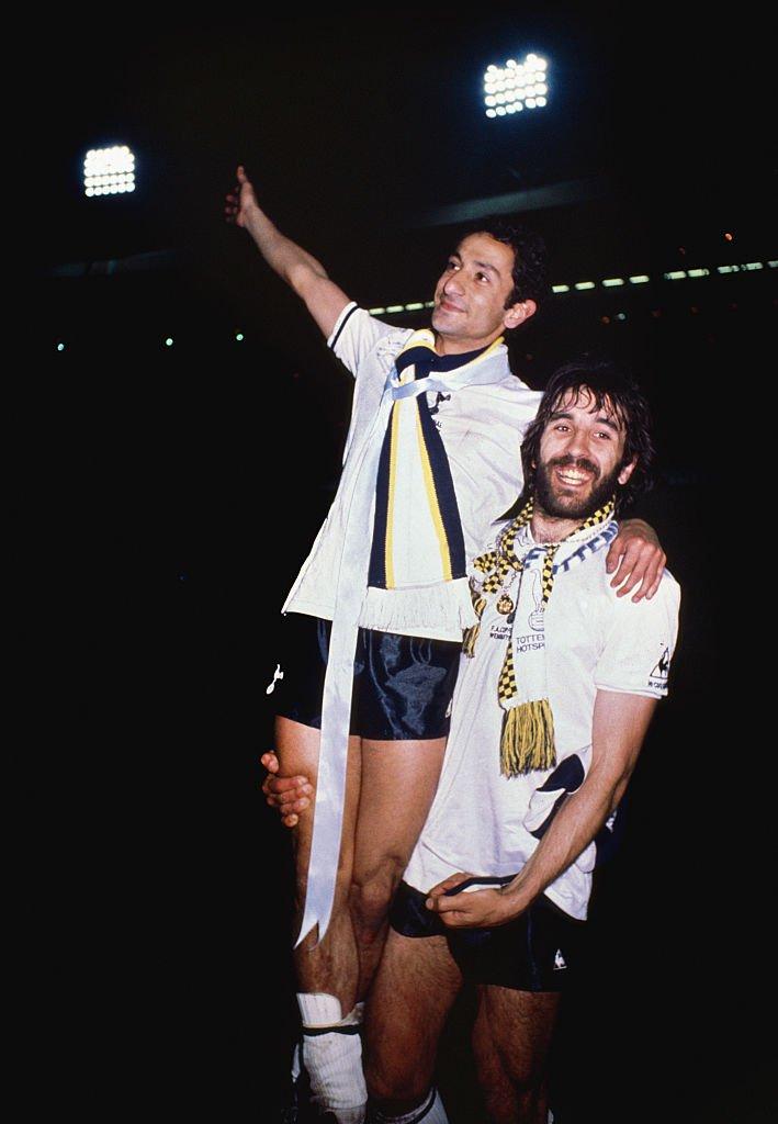 Ardiles y Villa celebrando el triunfo en la Copa FA de 1981.