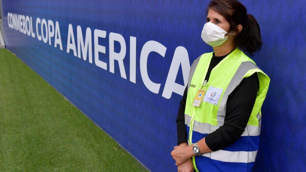 Mujer con un carte de la Copa América