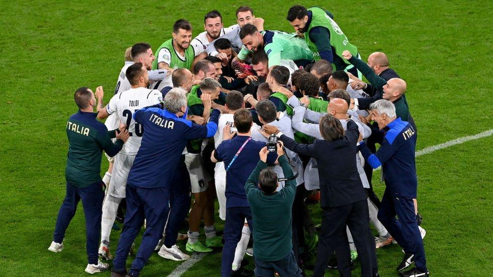 لاعبو إيطاليا يحتفون بالفوز على بلجيكا