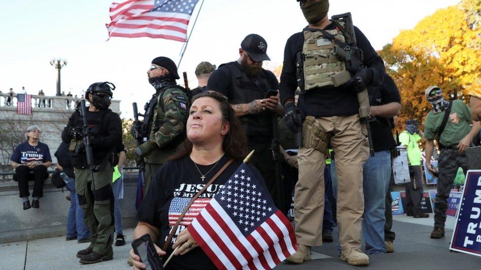在賓夕法尼亞州舉行的一次特朗普支持者集會上,一些人拿著槍