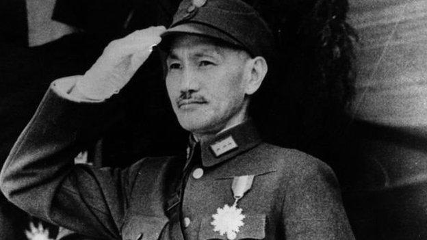 بعد انتصار الشيوعيين عام 1949 فر تشانغ كاي تشيك إلى تايوان وظل يحكمها بقضبة حديدية حتى وفاته عام 1975
