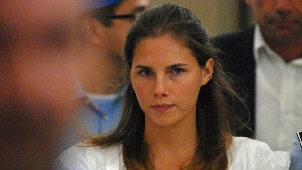 Amanda Knox being escorted to her court hearing in 2008