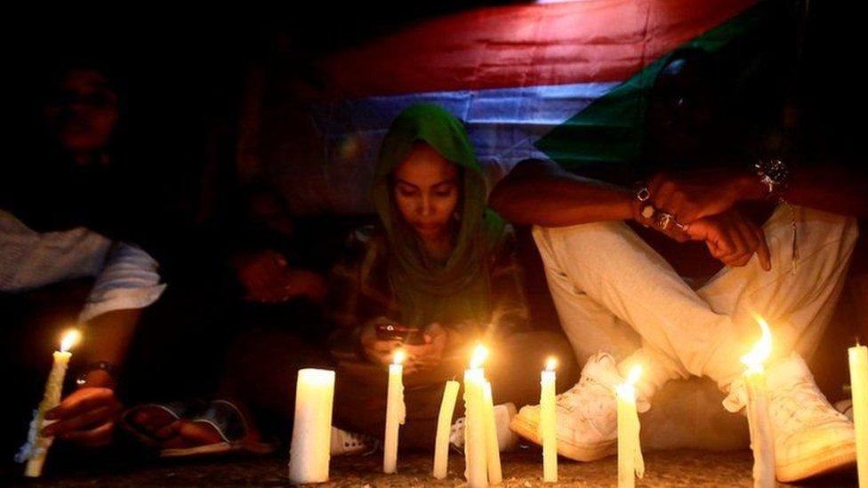 سودانيون يوقدون شموعا تضامنا مع ضحايا العنف ضد المتظاهرين