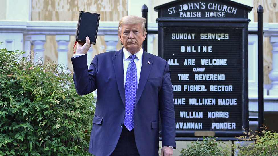 Predsednik Tramp pozira sa Biblijom ispred Crkve svetog Džona