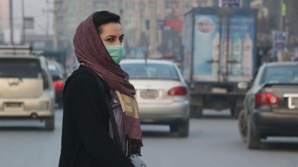 امرأة أفغانية ترتدي قناعا للوجه في ديسمبر/كانون الأول 2020