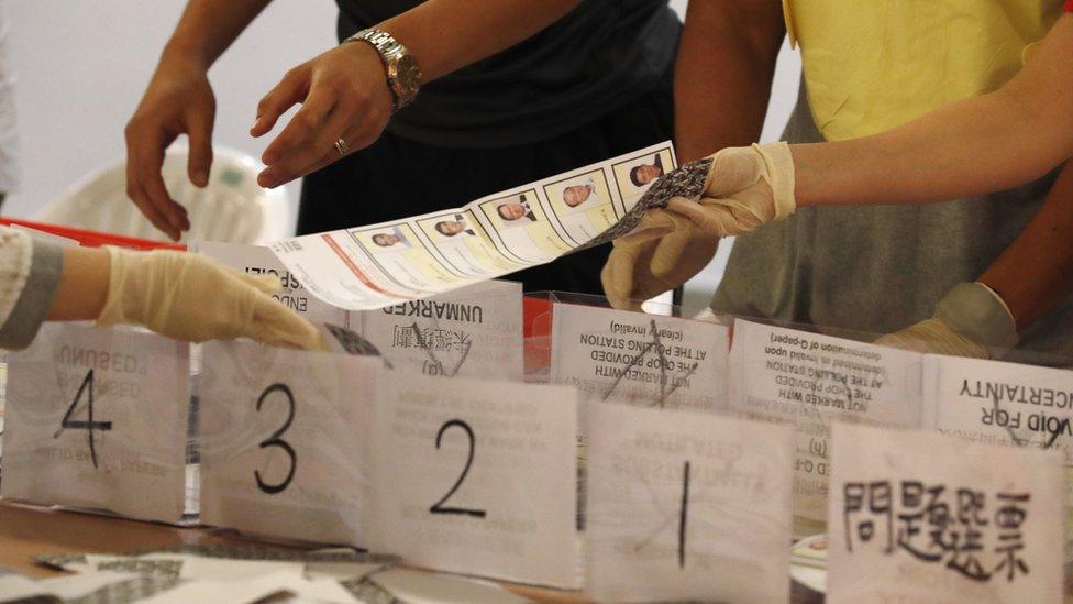 香港區議會選舉某點票站工作人員在把選票分類(24/11/2019)