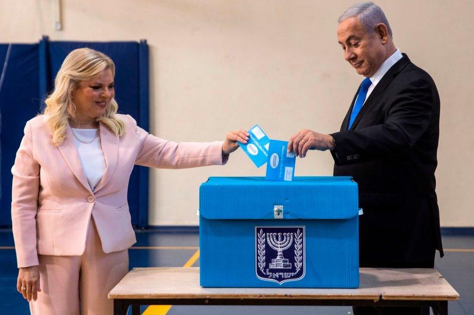 Netanyahu junto a su esposa, en la votación.
