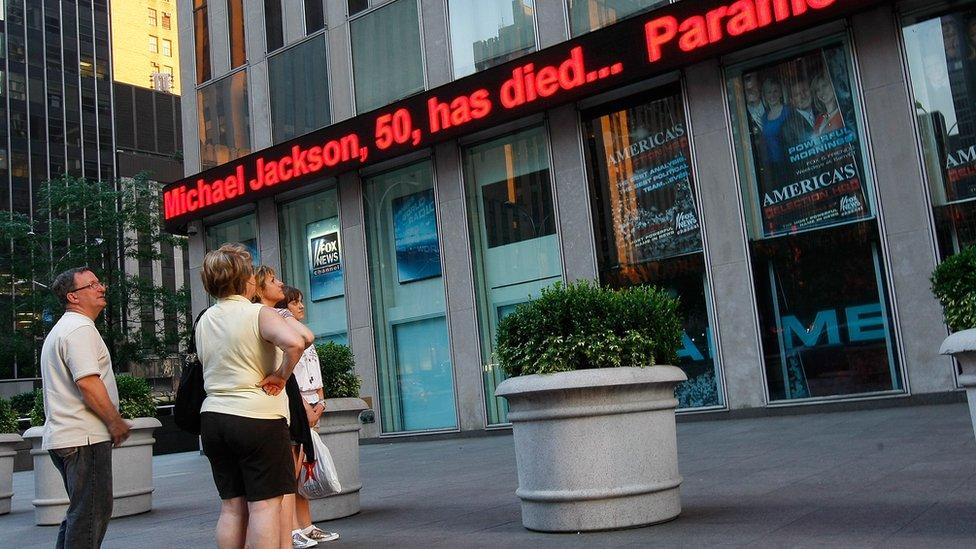 نشر خبر وفاته في نيويورك عبر الشاشات في الشوارع
