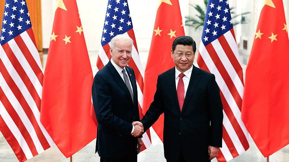 El presidente de China Xi Jinping (der.) se da la mando con el entonces vicepresidente de EE.UU. Joe Biden, en el Gran Salón del Pueblo, en Pekín, 4 de diciembre de 2013