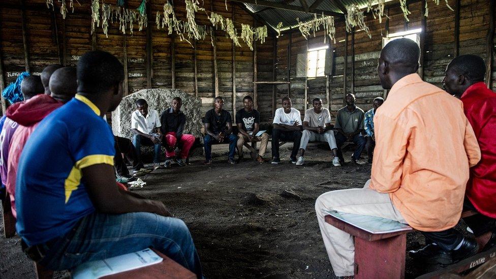 Reunión de la Red de Hombres del Congo con un grupo de hombres locales.