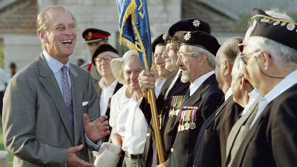 انفجر الأمير فيليب، دوق أدنبره، ضحكاً أثناء محادثة مع قدامى المحاربين في الحرب العالمية الثانية بعد مراسم وضع إكليل الزهور في مقبرة لقبور الكومنولث في الرملة في 30 أكتوبر/تشرين الأول 1994