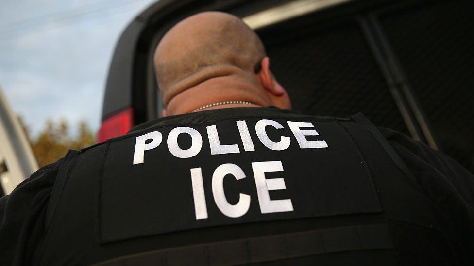 Un agente de ICE