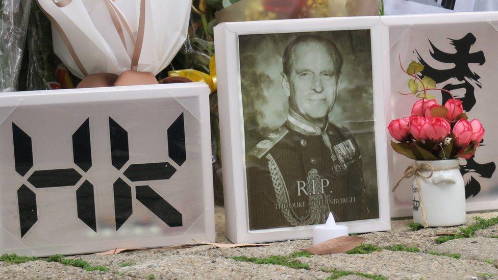 悼念民眾在英國駐香港總領事館外擺放菲利普親王遺照悼念(14/4/2021)