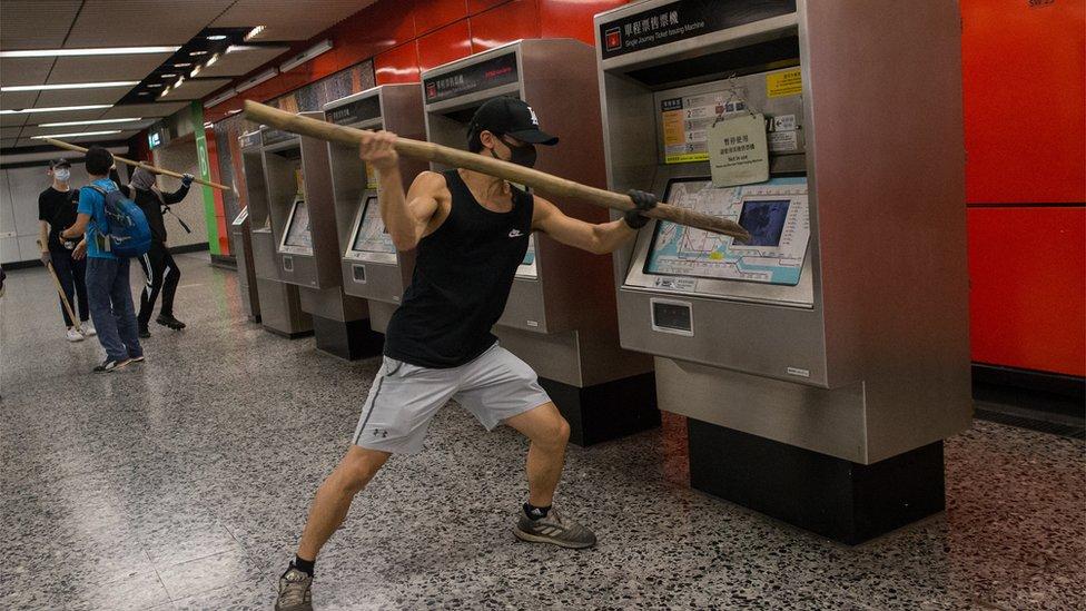 示威者破壞地鐵站。