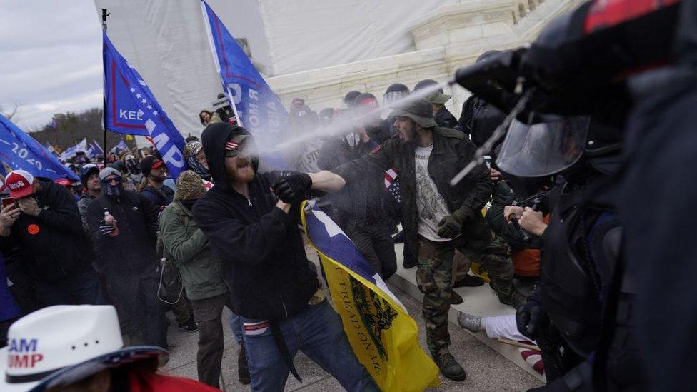 La policía de Washington confrontó a los seguidores de Trump con gases lacrimógenos.