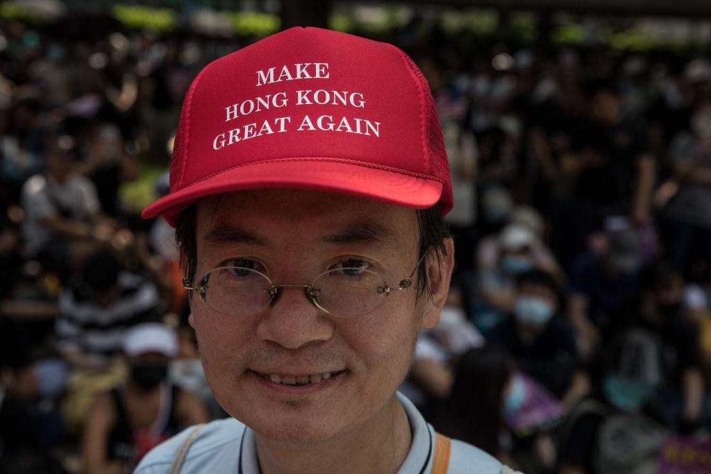 戴著類似特朗普標誌性棒球帽的香港示威者,將帽子上的口號改為了「讓香港再次偉大」