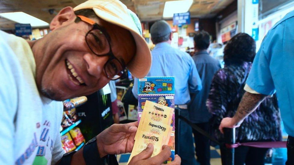 Hombre feliz comprando boletos de lotería.