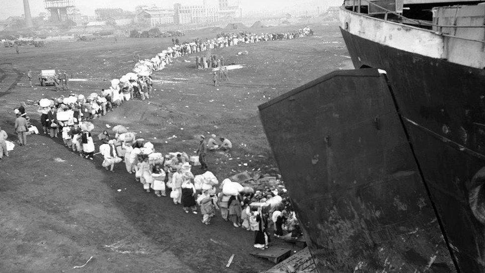 Hiljade ljudi stalo je u redove da bi dobilo priliku da se ukrca na brod