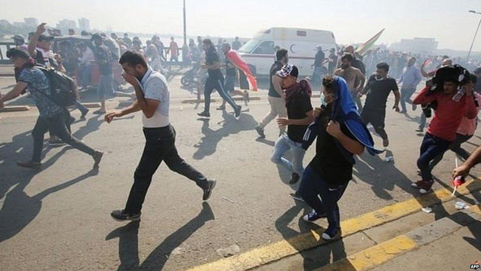 प्रदर्शनकारियों पर आंसू गैस छोड़ी गई