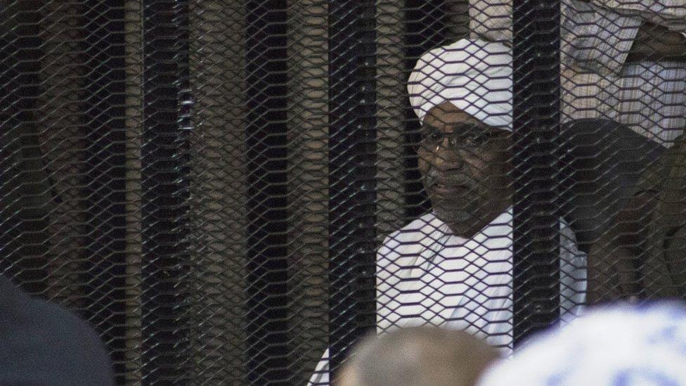 الرئيس السوداني المخلوع خلال جلسة محاكمته