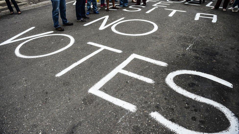 Pintura de No Votes en la calzada.