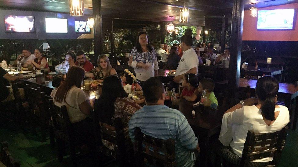Clientes en el restaurante Chedrani de San Pedro Sula.