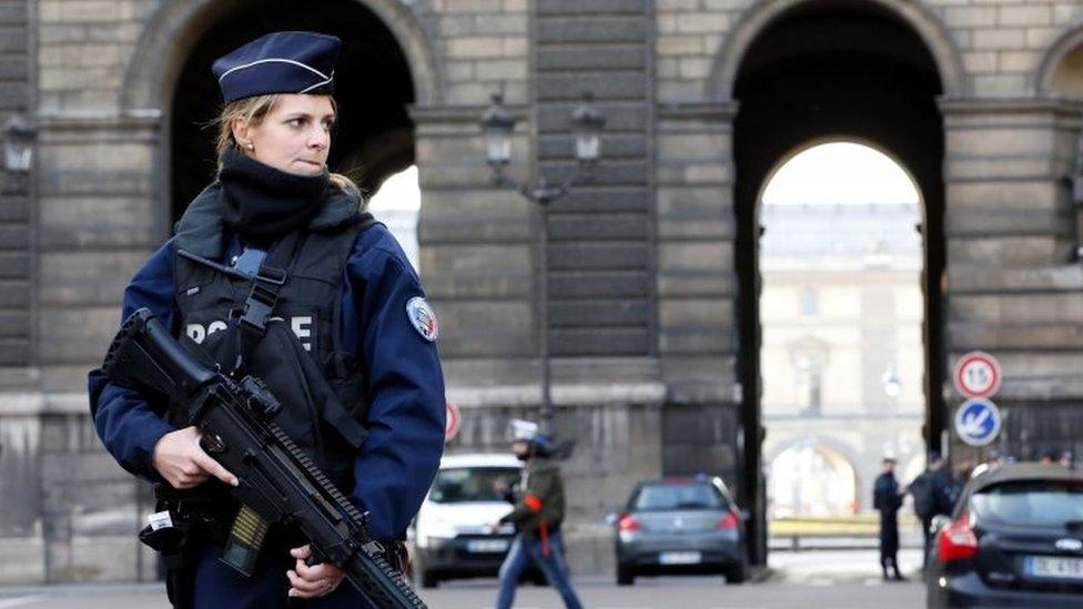 Petugas keamanan Prancis berjaga