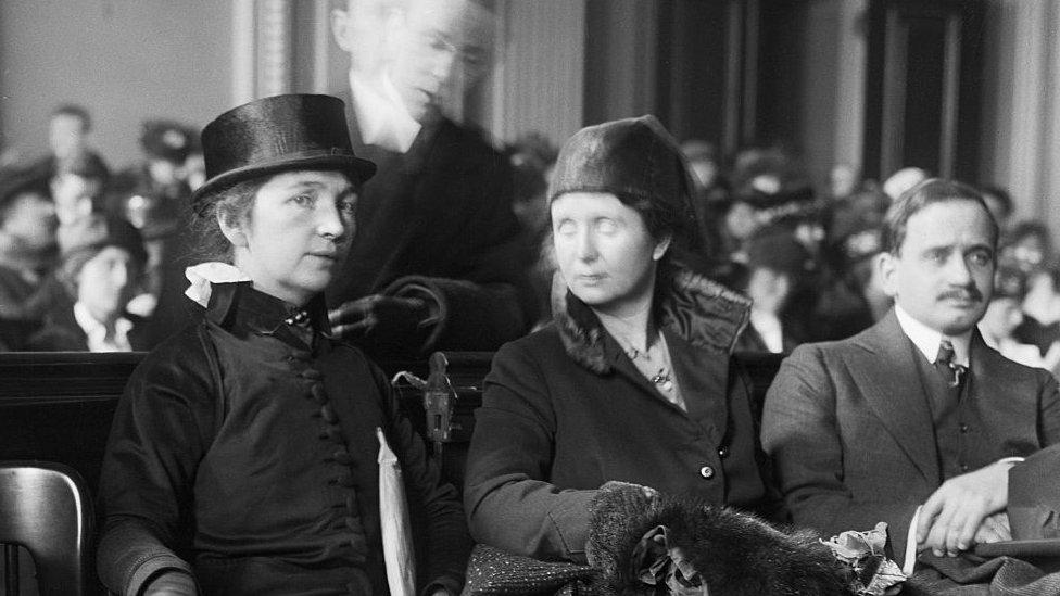 Margaret Sanger y Ethel Byrne (su hermana) en la corte.