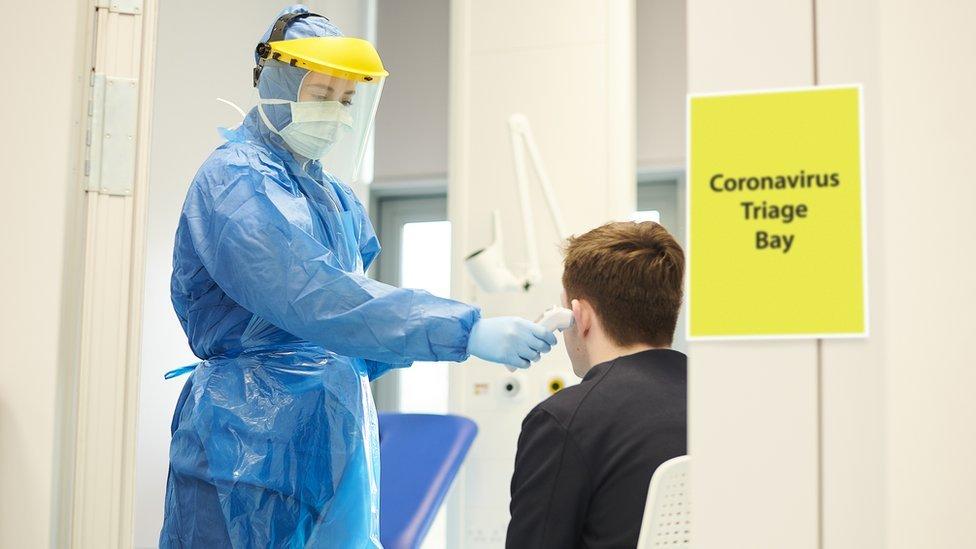 Trabajadora de la salud haciendo un test de coronavirus