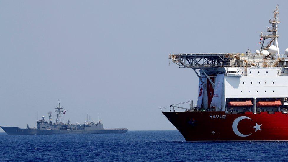 السفينة التركية يافوز ترافقها سفينة حربية