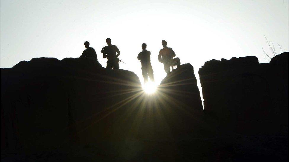 Soldados del gobierno montan guardia en la provincia de Ghor