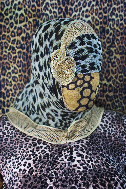 面部用豹紋布遮住的孟加拉國女性