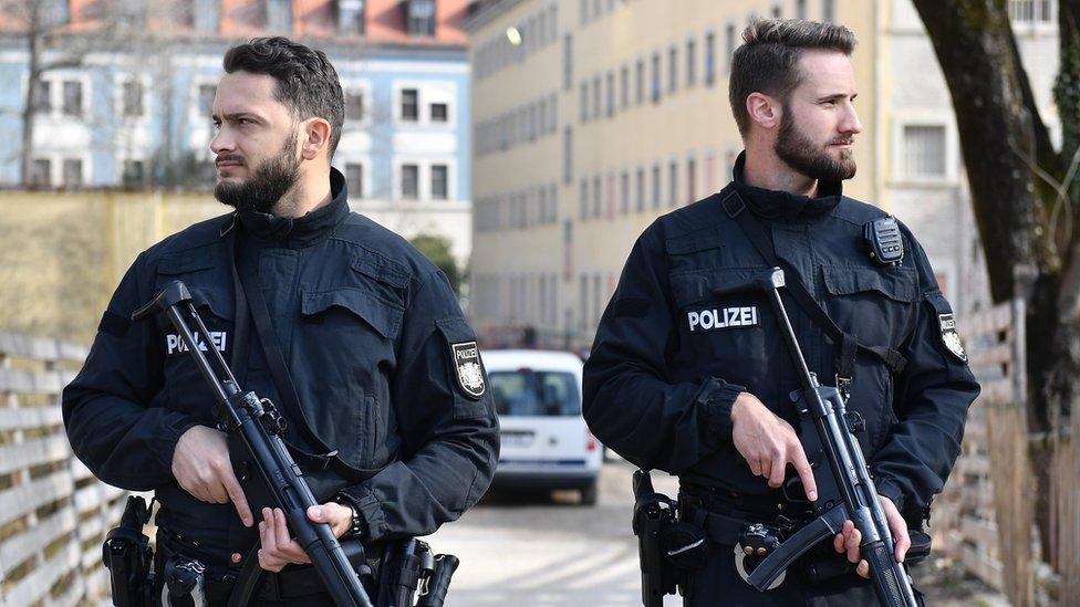 شرطيان ألمانيان